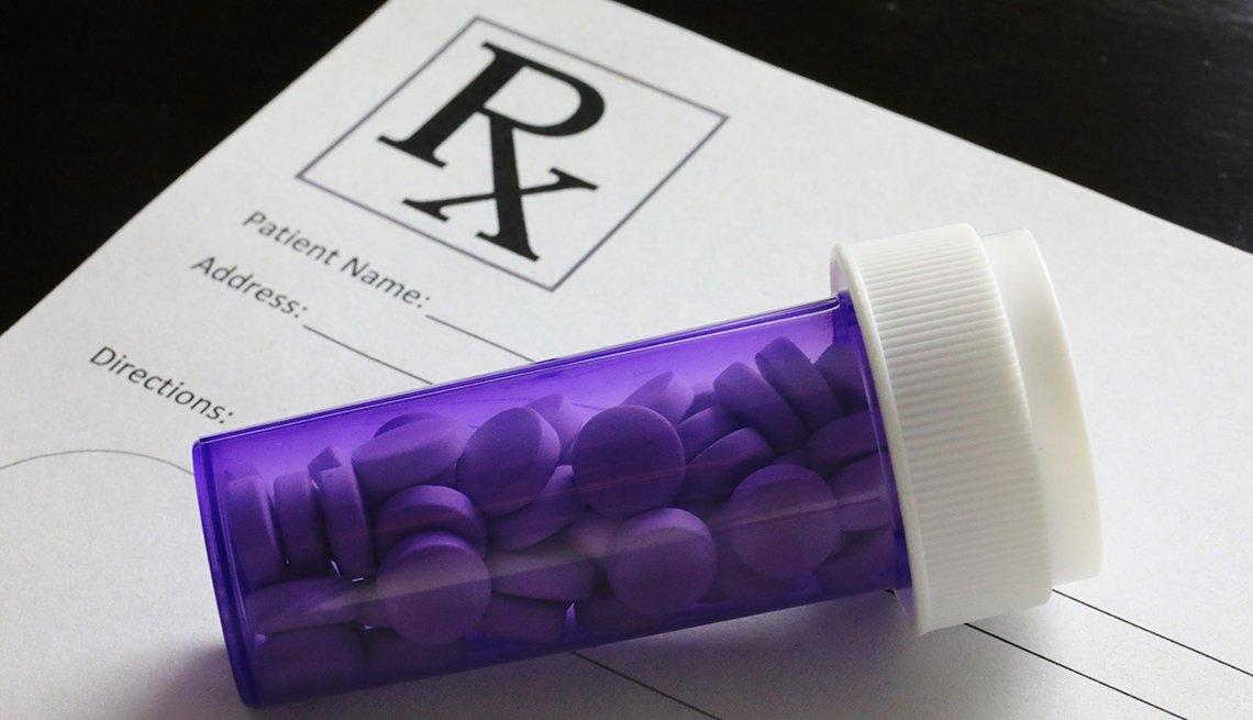 Botella con medicamentos en pastillas
