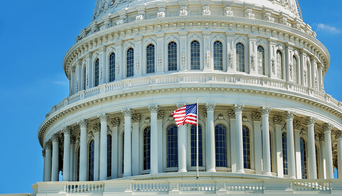 Vista parcial de la cúpula del edificio del Capitolio de EE. UU. en Washington, DC