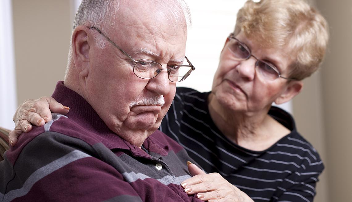 Pareja de adultos mayores luce preocupada