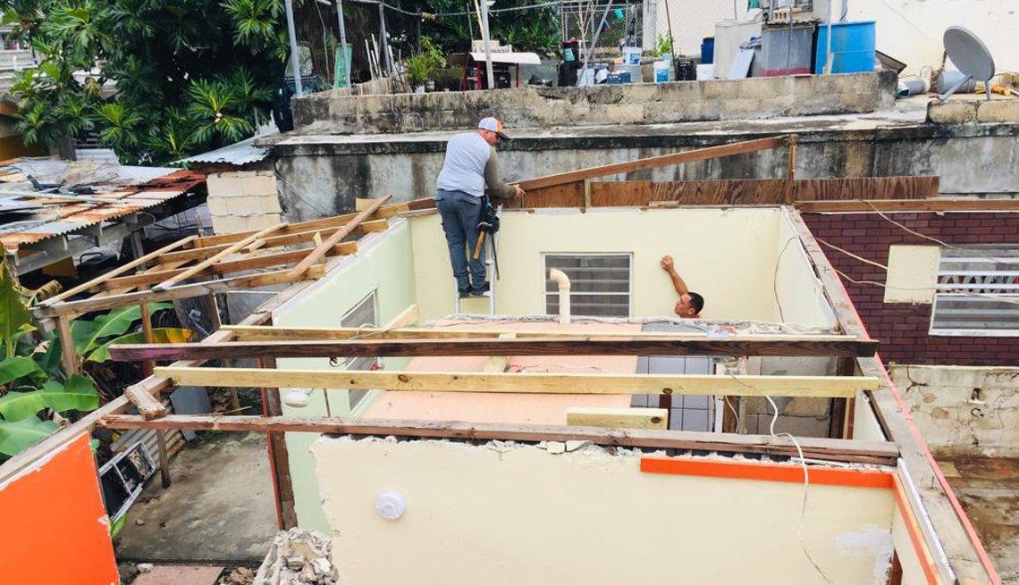 Hombres trabajan en la reconstrucción de casas tras el paso del huracán María en Puerto Rico