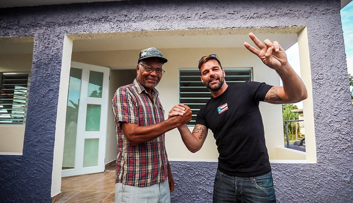Ricky Martin le da la mano a un señor