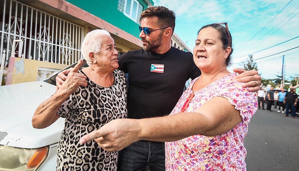 Ricky Martin abraza a dos señoras