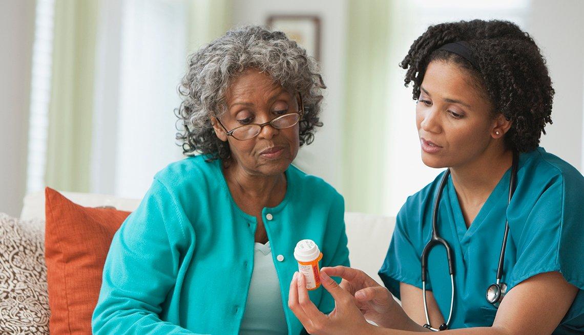 Mujer mayor habla con su enfermera