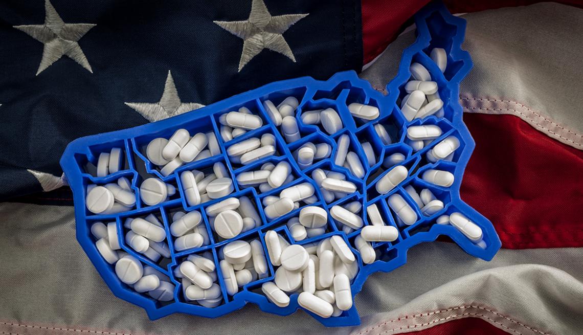 Pastillero de plástico con forma del mapa de Estados Unidos con secciones rellenas de pastillas para cada estado
