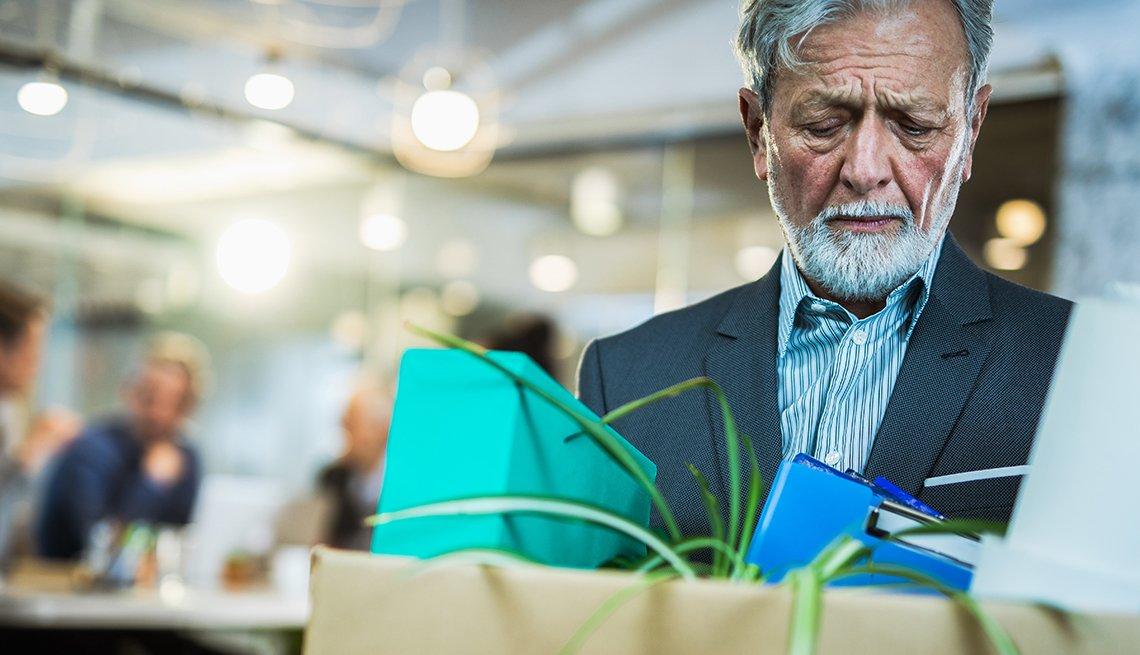 Un hombre mayor, yéndose triste de la oficina