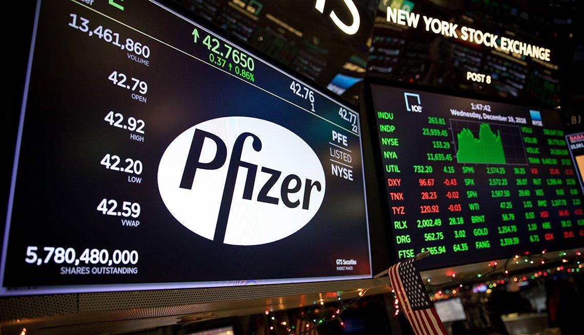 Un monitor muestra el logo de Pfizer Inc. en la Bolsa de Valores de Nueva York (NYSE)