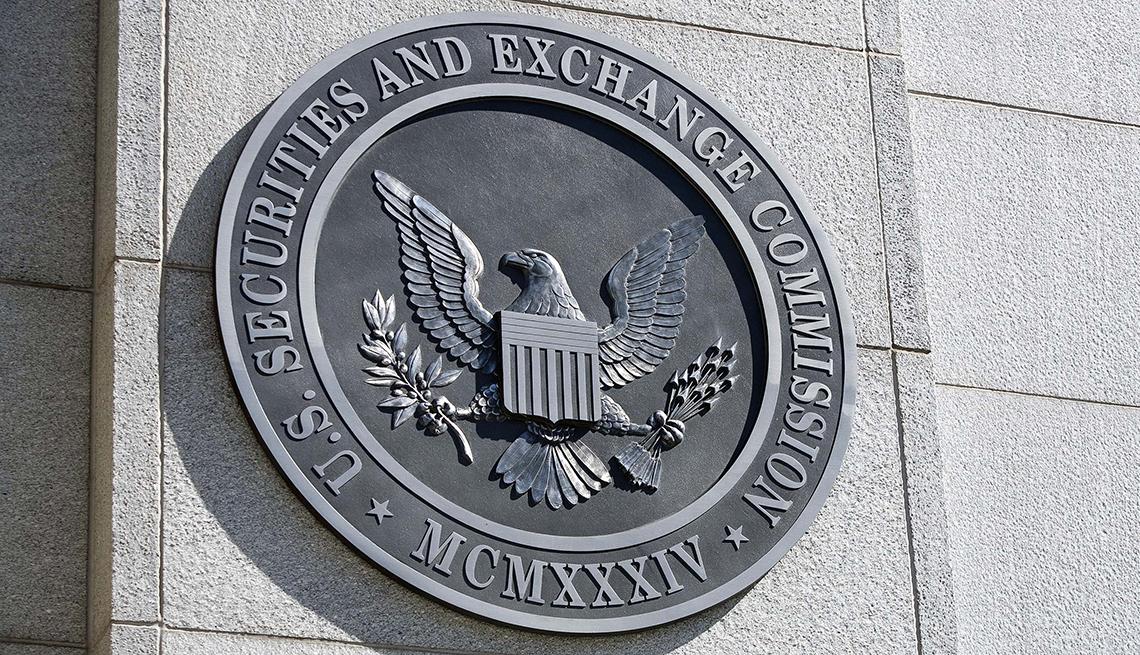 Logo en la fachada del edificio de la sede de la Comisión de Bolsa y Valores de Estados Unidos (SEC)