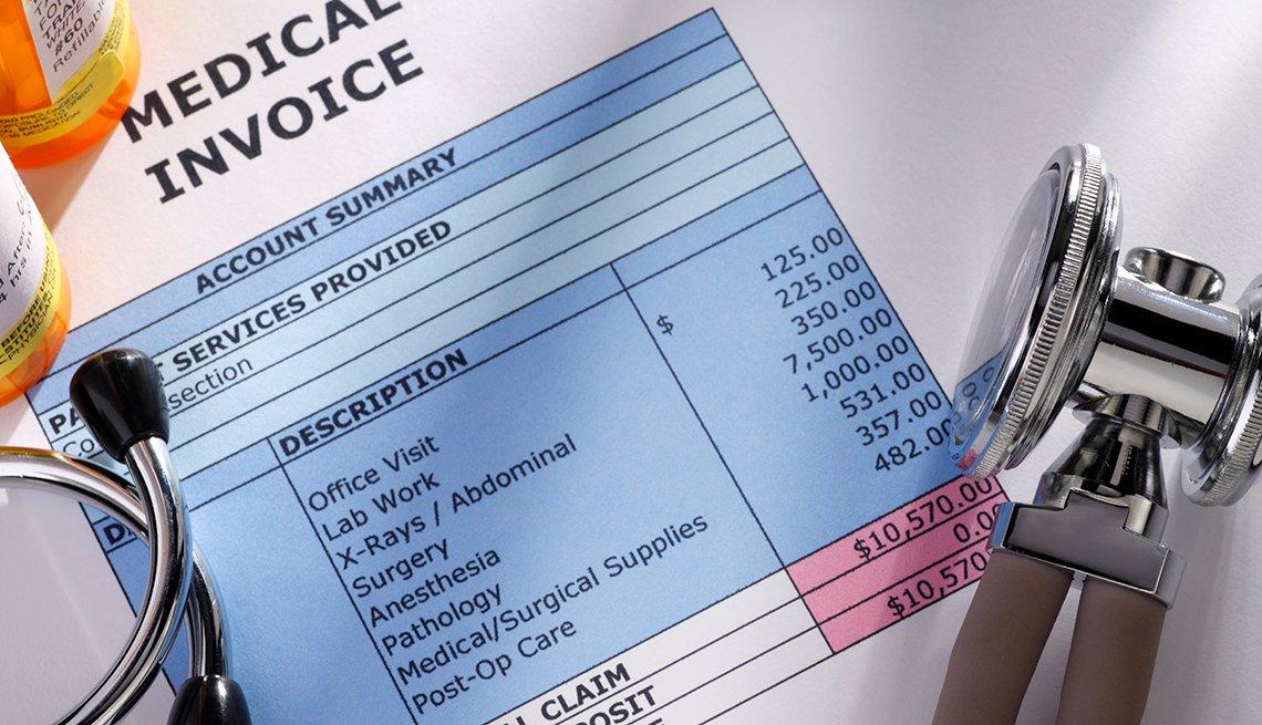 Una factura médica con un estetoscopio y dos frascos de pastillas