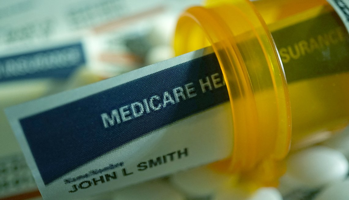 Una tarjeta de Medicare colocada dentro de un frasco de pastillas