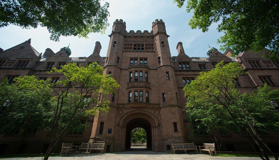 Vista exterior del Vanderbilt Hall en la Universidad de Yale