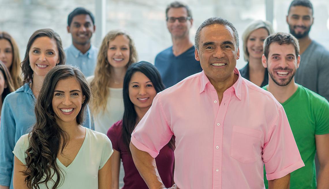 Grupo de hombres y mujeres de diferentes edades