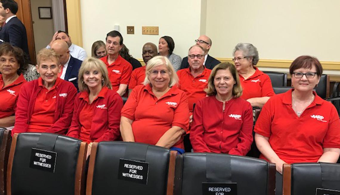 Representantes de AARP esperando que comience una audiencia en el Congreso