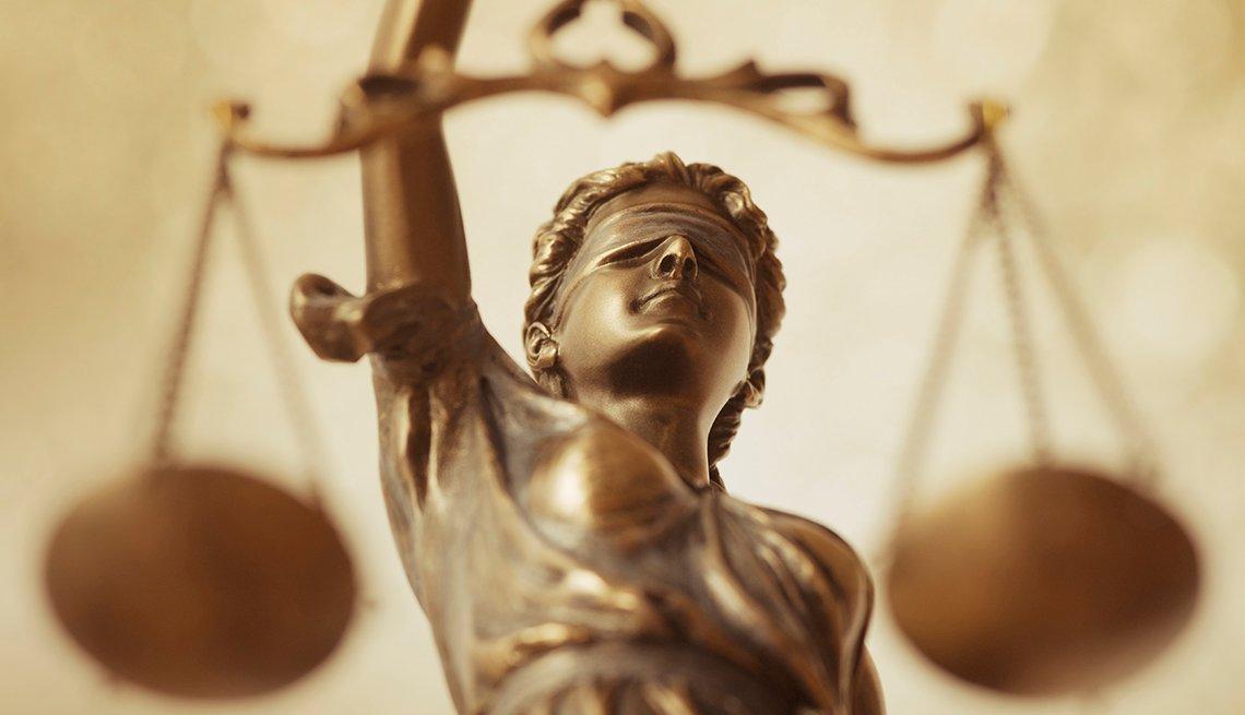 Estatua de una mujer sosteniendo la balanza de la justicia
