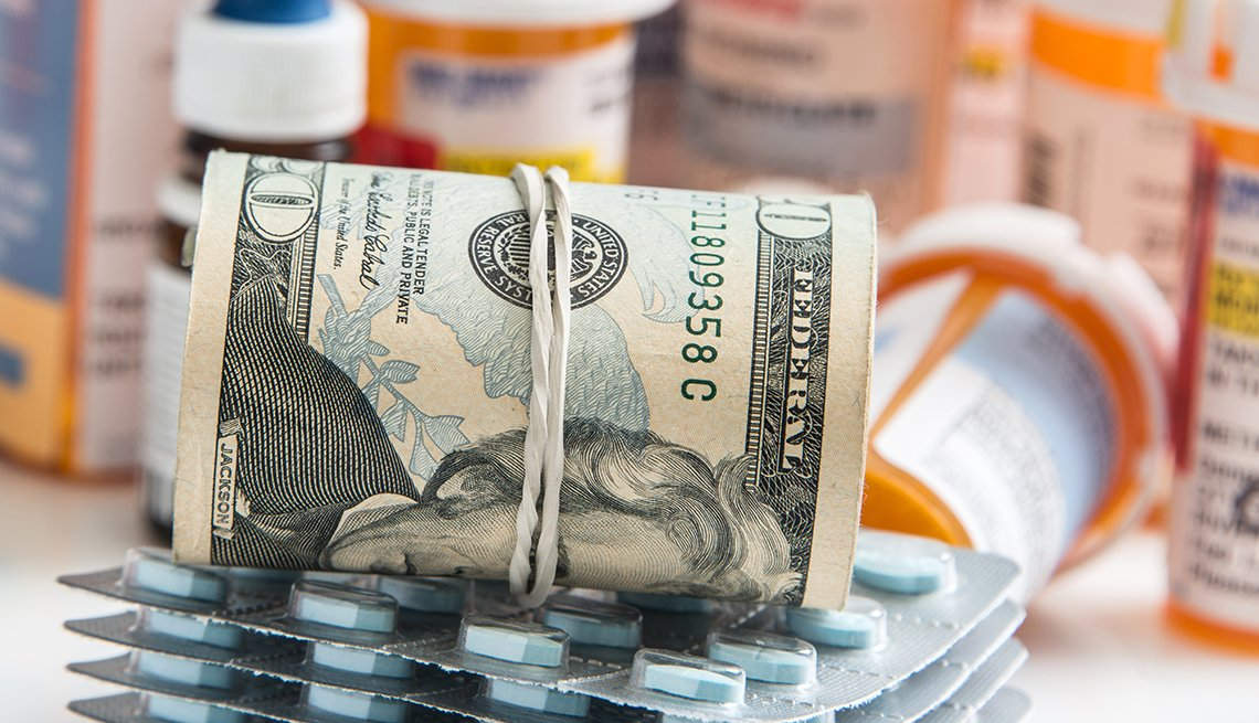 Dinero puesto encima de medicamentos recetados