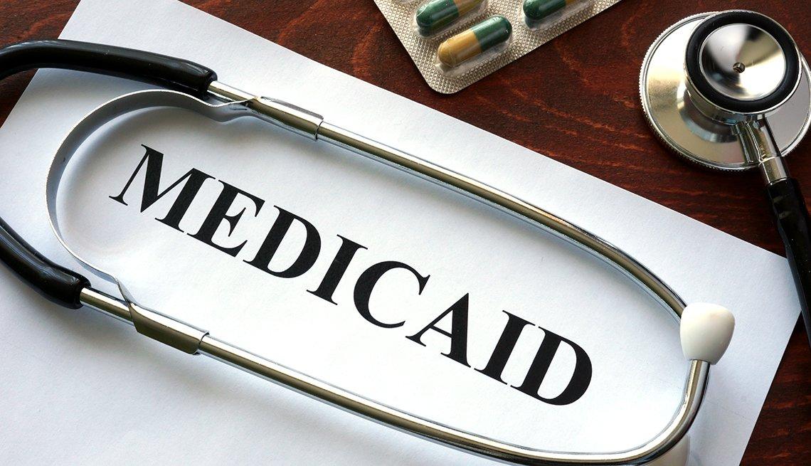 La palabra Medicaid escrita en una hoja de papel con un estetoscopio