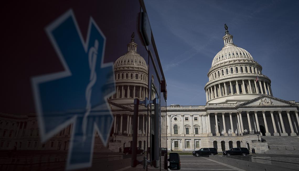 Ambulancia cerca del edificio del Capitolio de Estados Unidos