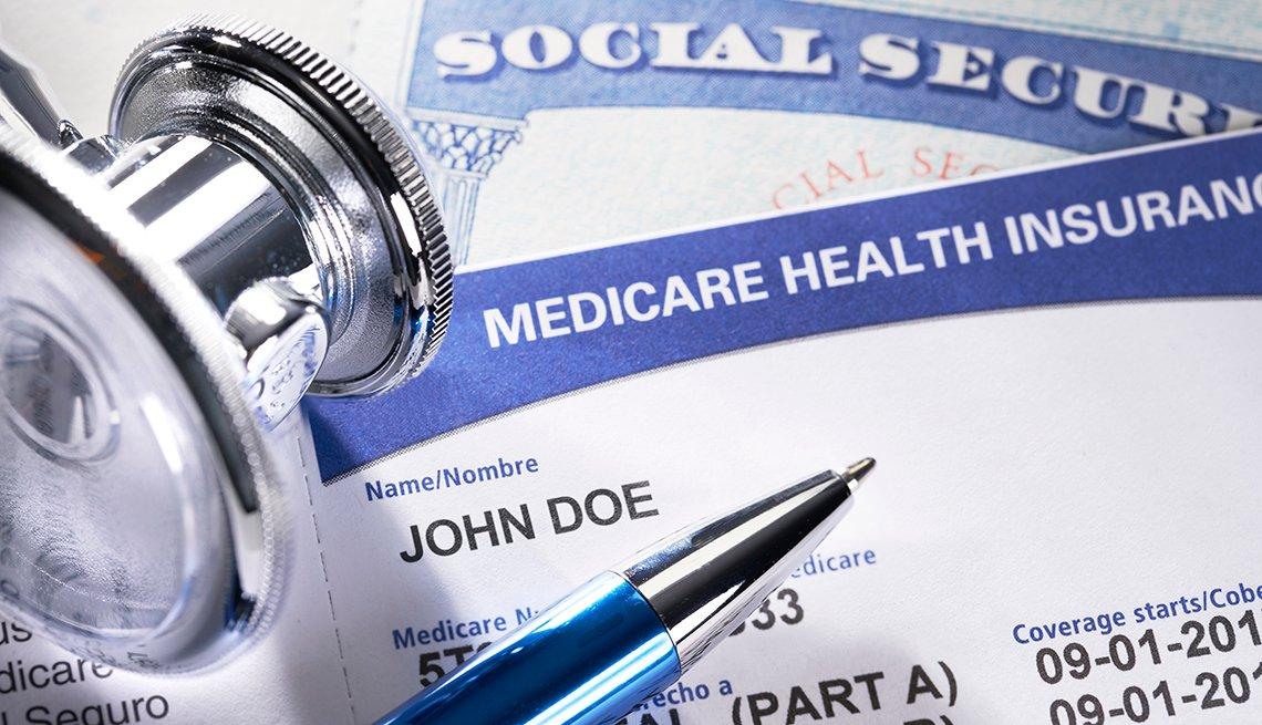Una tarjeta Medicare y y otra del Seguro Social sobre una mesa