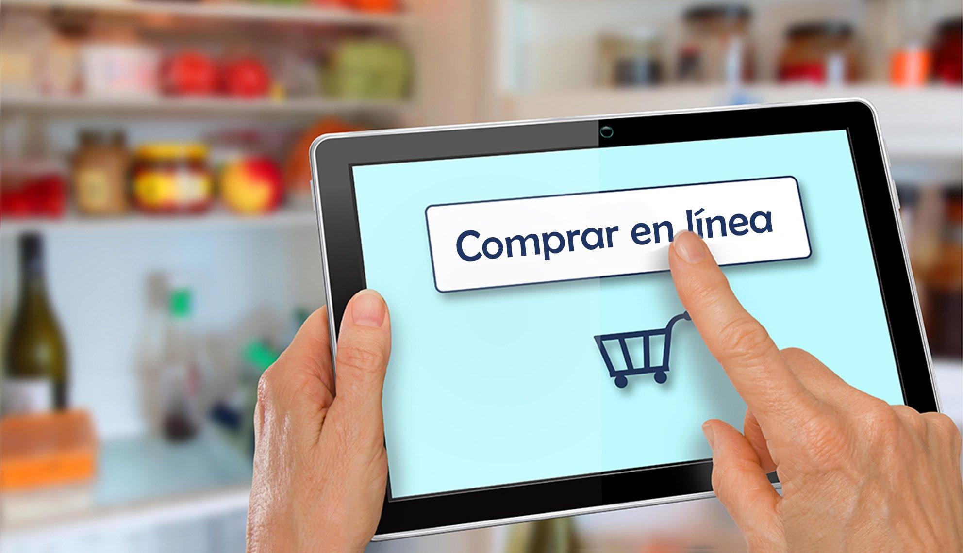 Persona usa una tableta para comenzar a comprar en línea
