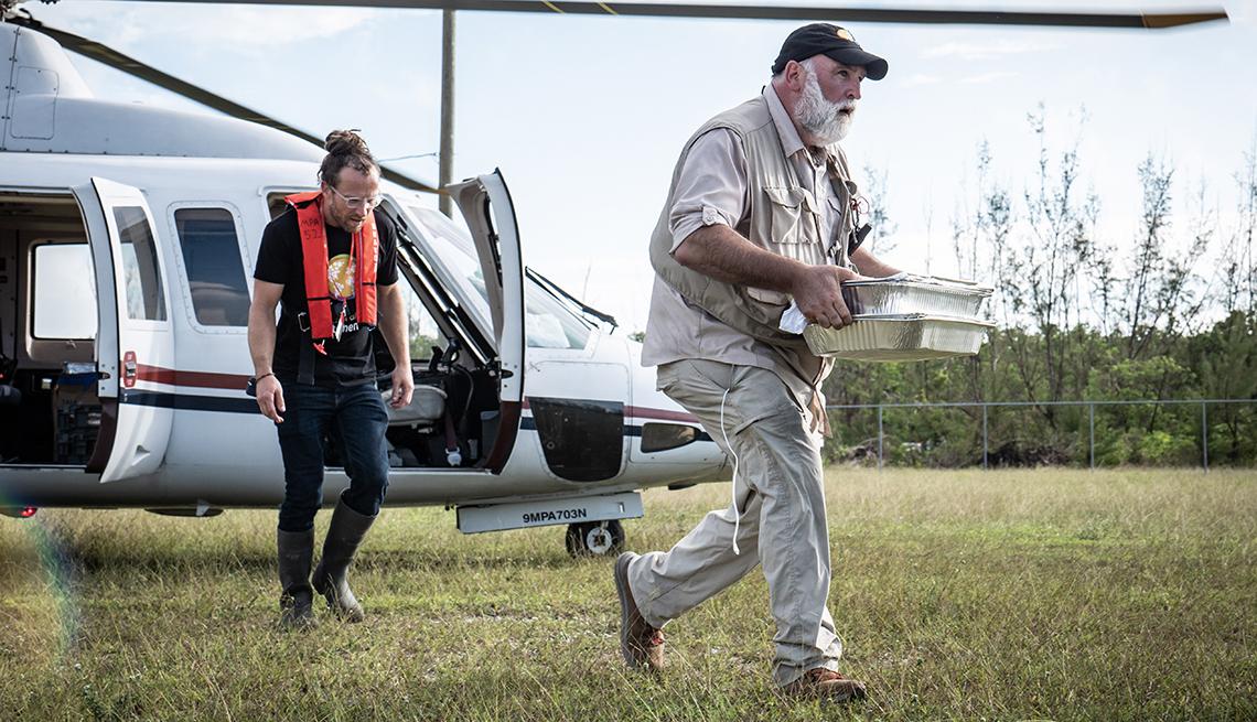 José Andrés corre desde un helicóptero mientras lleva unos recipientes con comida