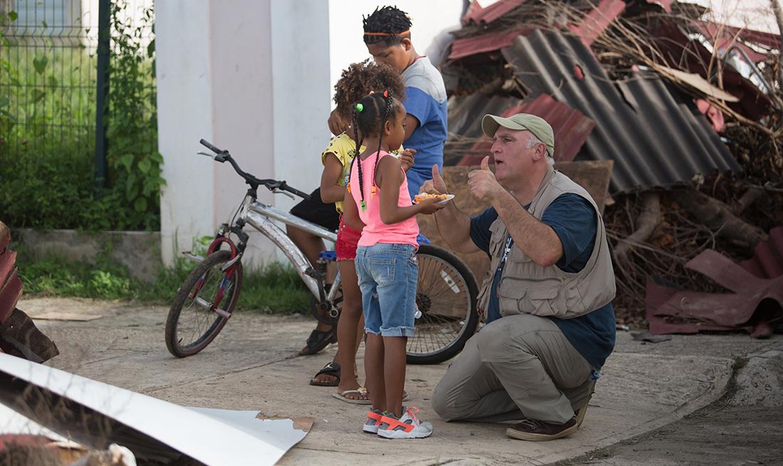 José Andrés habla con niños en Puerto Rico