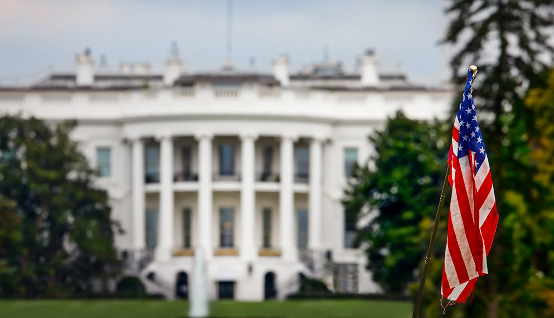 La bandera estadounidense con la Casa Blanca detrás