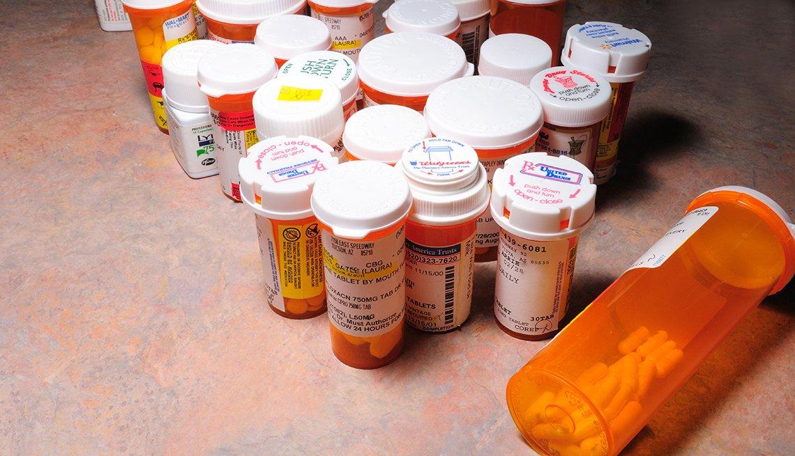 Frascos de medicamentos con pastillas en un mostrador