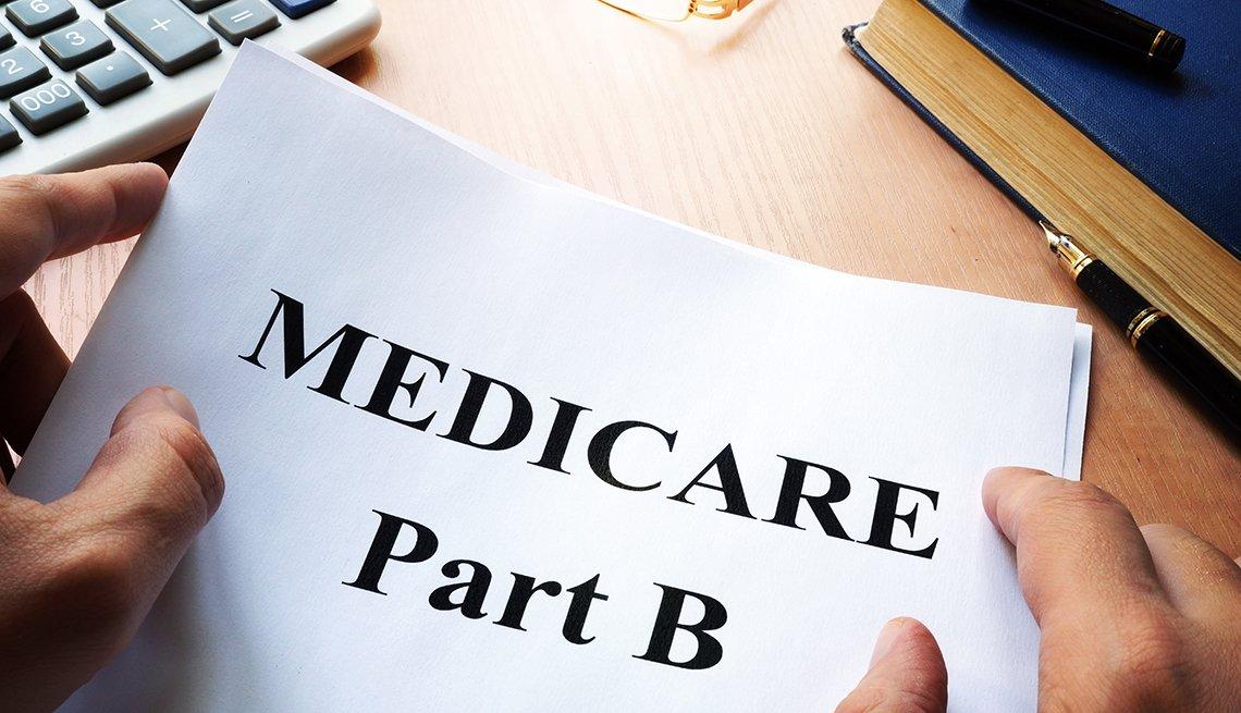Persona sostiene una hoja de papel que dice medicare part b