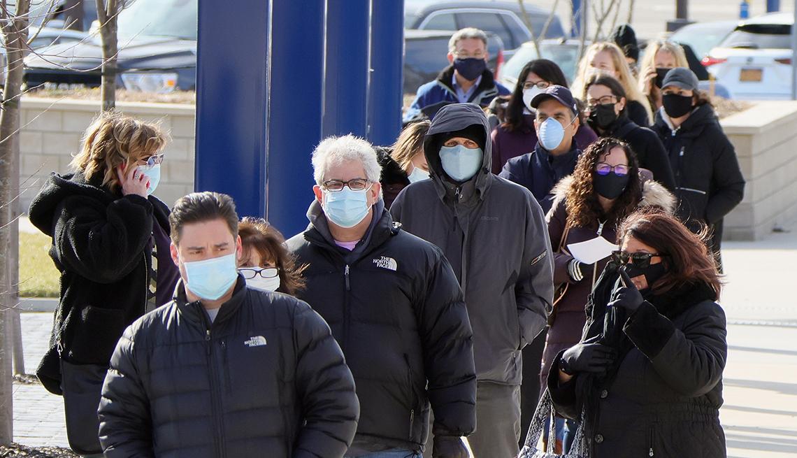 Personas hacen fila para recibir la vacuna contra la COVID-19