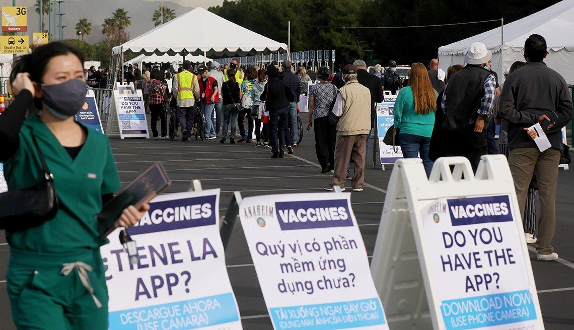 Personas hacen fila para ponerse la vacuna contra la COVID-19