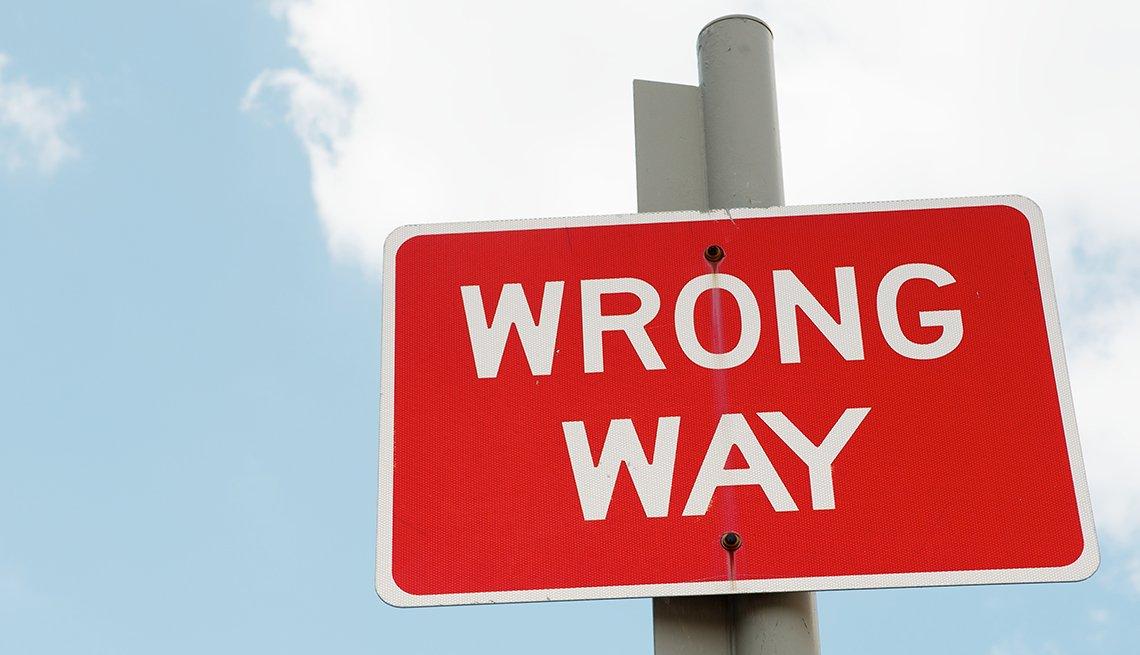 Letrero dice en inglés -wrong way-