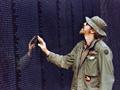 Un veterano toca el Monumento de la guerra del Vietnam