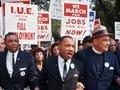 Los líderes marchando en Washington protestando por el trabajo y la libertad ( de derecha a izquierda) El rabino Joachim Prinz, Unident., Eugene Carson Blake, Martin Luther King, McKissick Floyd, Ahmann Matthew & John Lewis.