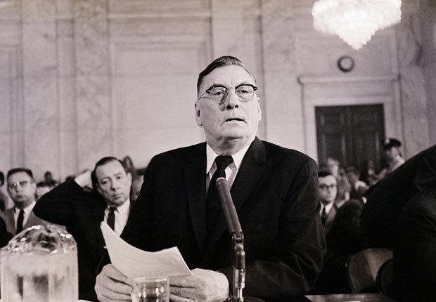 El gobernador de Mississippi Ross R. Barnett testifica ante el Comité de Comercio del Senado en oposición al proyecto de ley pública. El gobernador declara que el presidente Kennedy y el Procurador General son
