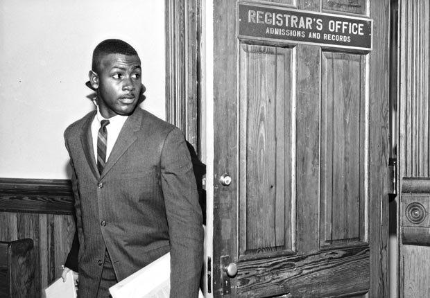 Harvey Gantt sale de la Oficina de Registro de la Universidad de Clemson, en enero de 1963, siendo el primer estudiante negro en ser admitido.