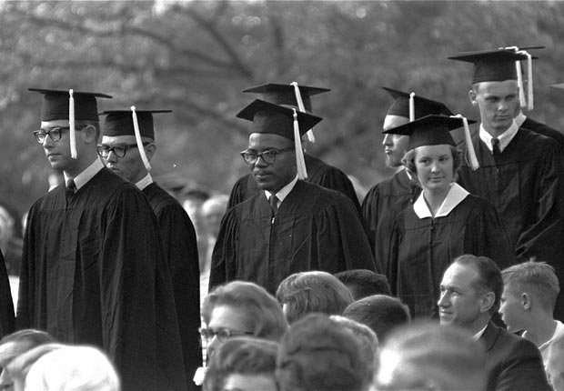 James H. Meredith hace línea con otros estudiantes en espera de la entrega de diplomas en la ceremonia de graduación de la Universidad de Mississippi en Oxford en 19 de agosto de 1963. Meredith se convirtió en el primer hombre negro en conseguir un título de Ole Mississippi.