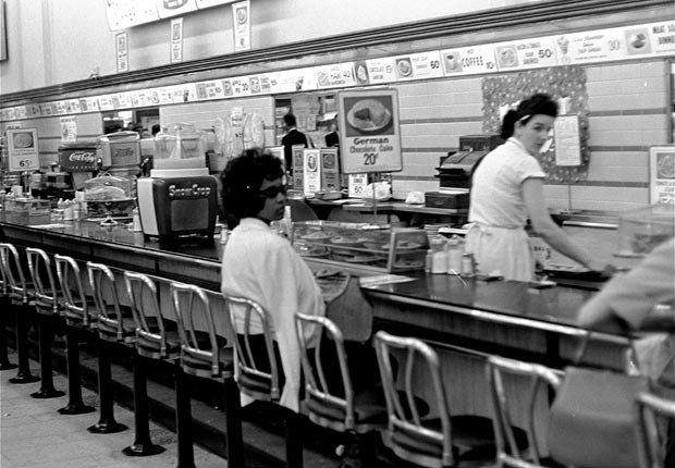 Estudiante universitaria negra Dorothy Bell de 19 años, espera su almuerzo en una cafetería en Birmingham, Alabama por un servicio que nunca llegó, 4 de abril de 1963 - Aniversario de los Derechos Civiles 2013