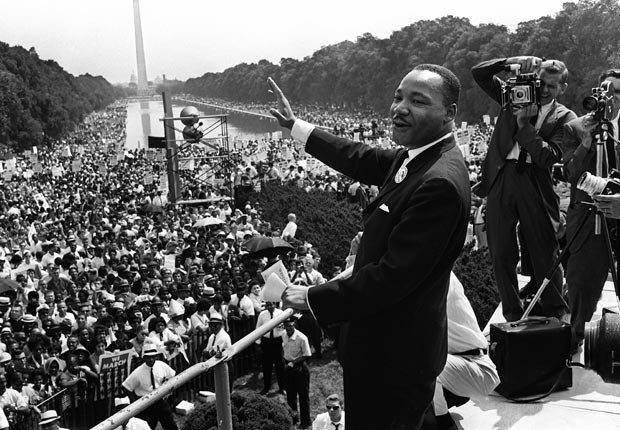 El líder de derechos civiles Martin Luther King Jr (C) saluda a partidarios de la