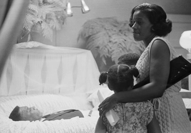 Myrlie Evers y sus hijos ven el cuerpo del líder de los derechos civiles Medgar Evers líder asesinado en Jackson, Mississippi. Los cargos de asesinato contra el sospechoso Byron de la Beckwith por el asesinato de Medgar Evers fueron retirados después de dos juicios.