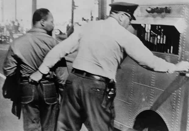 Un policía agarra de sus pantalones a Martin Luther King para encarcelarlo por encabezar una marcha contra la segregación en Birmingham, Alabama el 12 de abril de 1963