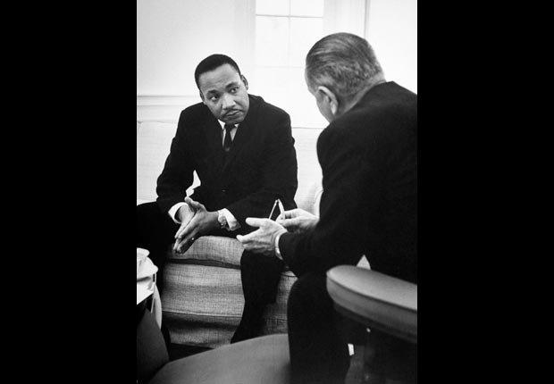 El líder de derechos civiles Martin Luther King conversando con el presidente Lyndon Johnson durante su visita a la Casa Blanca.