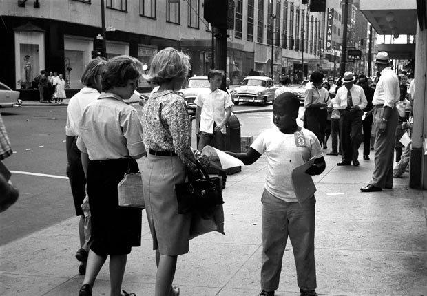 Joven voluntario distribuye volantes a los transeúntes que anuncia una Marcha sobre Washington por el Trabajo y la Libertad prevista para el 28 de agosto 1963