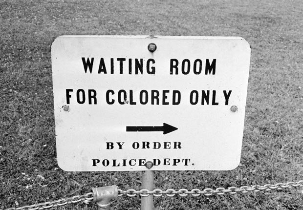 Un cartel en Jackson, Mississippi, que dice 'Sala de espera para gente de color - por orden del Departamento de Policía', 25 de mayo 1961