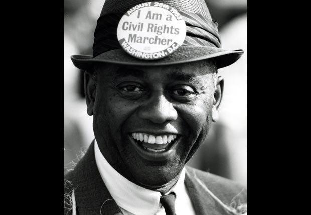 Primer plano de la cara sonriente de un manifestante no identificado en la marcha por el trabajo y la libertad en Washington D.C., el 28 de agosto de 1963. La marcha fue el escenario para el icónico discurso del reverendo Martin Luther King Jr.