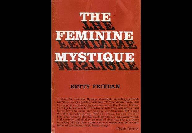 The Feminine Mystique, un libro que examina las vidas de las mujeres en las décadas posteriores a la Segunda Guerra Mundial, se publica - Acontecimientos de hace 50 años