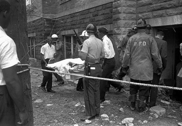 El Ku Klux Klan bombardea de la iglesia Bautista de la 16th Street, una congregación afroamericana en Birmingham, Alabama, y un lugar de encuentro para los líderes de los derechos civiles del momento - Acontecimientos de hace 50 años