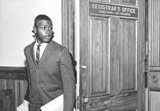 Harvey Gantt, el primer estudiante africano americano admitido en Clemson University en Carolina del Sur, empieza las clases - Acontecimientos de hace 50 años