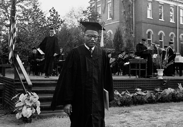 James Meredith, cuya entrada en 1962 a la Universidad de Mississippi desató una revuelta estudiantil, se gradua con una licenciatura en ciencias políticas - Acontecimientos de hace 50 años