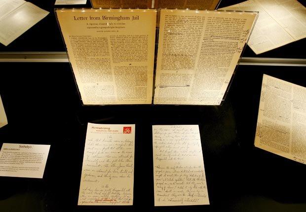 Después de ser encarcelado por desobedecer una orden judicial estatal contra las protestas públicas, Martin Luther King Jr. escribió su