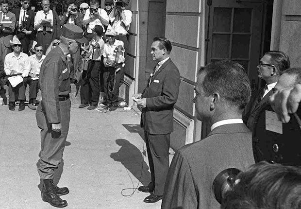 El gobernador de Alabama George Wallace bloquea la inscripción de Vivian Malone y James Hood como los primeros estudiantes afro-americanos de la Universidad de Alabama - Acontecimientos de hace 50 años