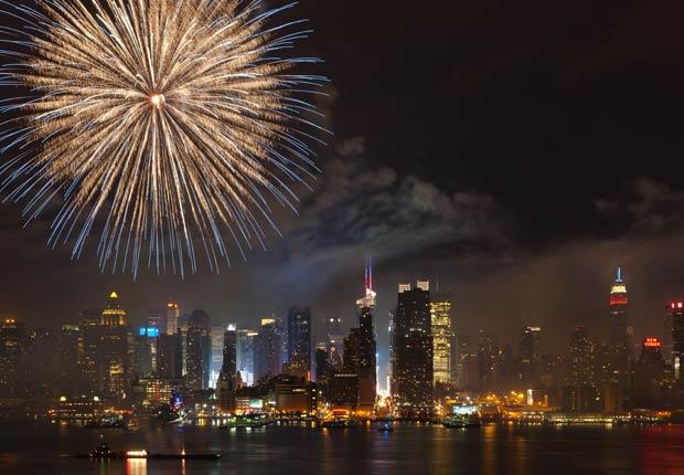 Fuegos artificiales en el río Hudson, con el horizonte de Manhattan en el fondo - El 4 de julio en el transcurso de la historia